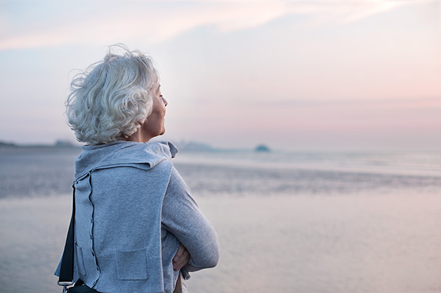 Seniorin entspannt am Meer